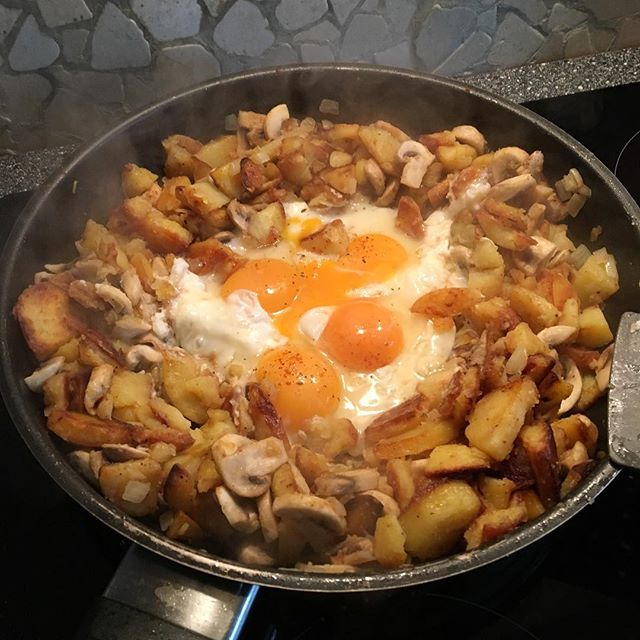 Guden ;) #mittagessen #bratkartoffeln #zwiebeln #champions #ei #lecker #kochen #yummy