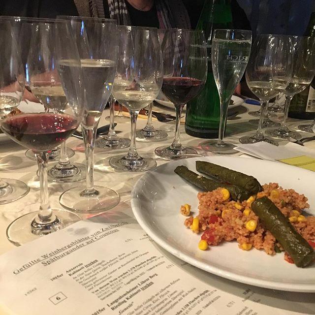 3. Gang - Gefüllte Weinblätter von Zwölberichs Spätburgunder auf Couscous #auxerrois #riesling #spaetburgunder #zwoelberich #weingutzwölberich #langenlohnsheim