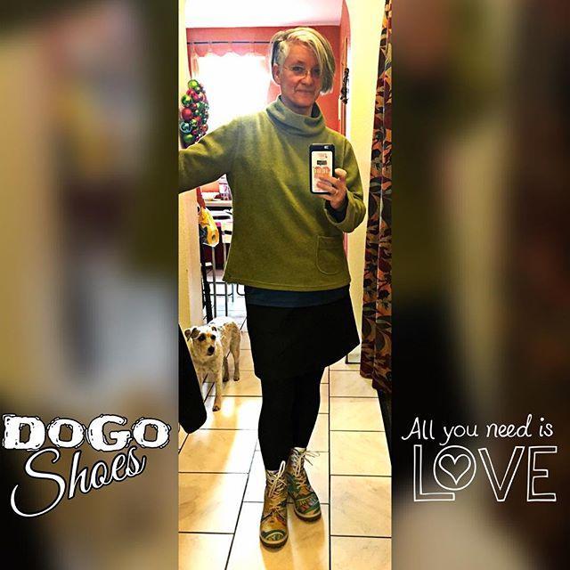 I put my new shoes on ... #dogoshoes #allyouneedislove #ofotd #609060 #weihnachten #2terweihnachtsfeiertag #newshoes #loveit
