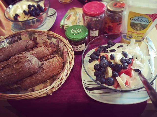 Sonntagsfrühstück ️ #sonntagsfrühstück #sonntag #brötchen #obstsalat #marmelade #selbstgemacht #lecker